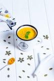 Σπιτική σούπα κρέμας κολοκύθας σε ένα άσπρο υπόβαθρο Στοκ Φωτογραφίες