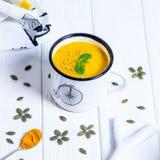 Σπιτική σούπα κρέμας κολοκύθας σε ένα άσπρο υπόβαθρο Στοκ φωτογραφίες με δικαίωμα ελεύθερης χρήσης