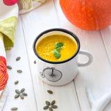 Σπιτική σούπα κρέμας κολοκύθας σε ένα άσπρο υπόβαθρο Στοκ Εικόνα