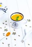 Σπιτική σούπα κρέμας κολοκύθας σε ένα άσπρο υπόβαθρο Στοκ Φωτογραφία