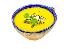 Σπιτική σούπα κρέμας με την κολοκύθα, το καρότο, το τυρί φέτας και τους σπόρους κολοκύθας Στοκ Εικόνες