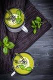 Σπιτική σούπα κρέμας με το πράσινο σπαράγγι, το βασιλικό και το μαύρο σουσάμι στο σκοτεινό υπόβαθρο Τοπ όψη Στοκ Εικόνες