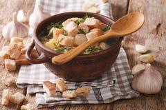 Σπιτική σούπα σκόρδου με croutons την κινηματογράφηση σε πρώτο πλάνο σε ένα κύπελλο horizonta Στοκ Εικόνες