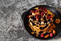 Σπιτική τηγανίτα με τα σμέουρα, τα καρύδια και τη σοκολάτα Στοκ φωτογραφία με δικαίωμα ελεύθερης χρήσης