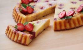 σπιτική φράουλα πιτών Τυρί εξοχικών σπιτιών ξινό με τις φρέσκες φράουλες Κλείστε επάνω την όψη στοκ εικόνα