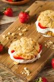 Σπιτική φράουλα shortcake με την κτυπημένη κρέμα Στοκ Φωτογραφία