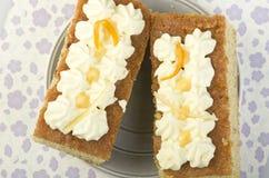 Σπιτική φρέσκια ειρήνη του κέικ με την κρέμα βανίλιας στην κορυφή στο γκρίζο π Στοκ Φωτογραφία