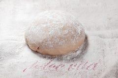 Σπιτική φρέσκια ζύμη ζυμαρικών στο αλεύρι Στοκ Εικόνα