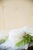 Σπιτική φρυγανιά παξιμαδιών με το τυρί εξοχικών σπιτιών και μαϊντανός στο άσπρο ξύλινο υπόβαθρο πινάκων Στοκ Εικόνα