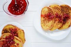 Σπιτική φρυγανιά ψωμιού με τη μαρμελάδα μούρων σε ένα άσπρο υπόβαθρο Στοκ εικόνες με δικαίωμα ελεύθερης χρήσης