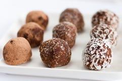 Σπιτική φυσική vegan τρούφα σοκολάτας με το κακάο στην άσπρη τρούφα σοκολάτας plaHomemade φυσική vegan με το κακάο Στοκ φωτογραφία με δικαίωμα ελεύθερης χρήσης