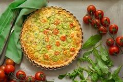Σπιτική χορτοφάγος πίτα με τα καρότα και την κολοκύνθη στοκ εικόνες
