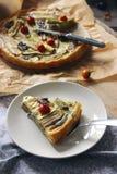 Σπιτική χορτοφάγος πίτα με τα χρωματισμένα κυλημένα λαχανικά Στοκ Φωτογραφία