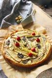 Σπιτική χορτοφάγος πίτα με τα χρωματισμένα κυλημένα λαχανικά Στοκ φωτογραφίες με δικαίωμα ελεύθερης χρήσης