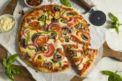 Σπιτική χορτοφάγος πίτσα με τα πιπέρια μανιταριών στοκ φωτογραφία