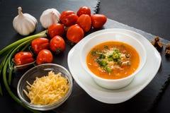Σπιτική χορτοφάγος σούπα κρέμας ντοματών στο άσπρο κύπελλο στον ξύλινο πίνακα Στοκ εικόνες με δικαίωμα ελεύθερης χρήσης