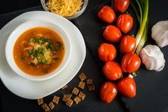Σπιτική χορτοφάγος σούπα κρέμας ντοματών στο άσπρο κύπελλο στον ξύλινο πίνακα Στοκ Εικόνα