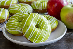 Σπιτική ψημένη καραμέλα Apple Donuts Στοκ φωτογραφίες με δικαίωμα ελεύθερης χρήσης
