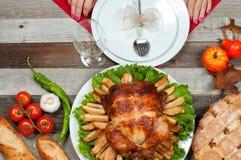 Σπιτική ψημένη ολόκληρη Τουρκία στον ξύλινο πίνακα για την ημέρα των ευχαριστιών Στοκ Φωτογραφία