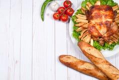 Σπιτική ψημένη ολόκληρη Τουρκία στον ξύλινο πίνακα για την ημέρα των ευχαριστιών Στοκ εικόνες με δικαίωμα ελεύθερης χρήσης