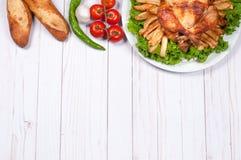 Σπιτική ψημένη ολόκληρη Τουρκία στον ξύλινο πίνακα για την ημέρα των ευχαριστιών Στοκ Εικόνα