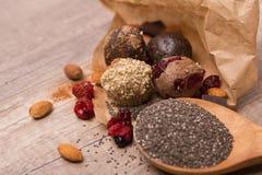 Σπιτικοί ακατέργαστοι τρούφες σοκολάτας και σπόροι chia Στοκ φωτογραφίες με δικαίωμα ελεύθερης χρήσης