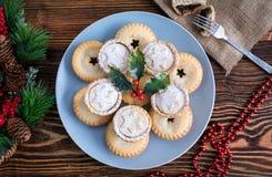 Σπιτικοί, Βρετανοί κομματιάζουν τις πίτες για τα Χριστούγεννα Στοκ φωτογραφίες με δικαίωμα ελεύθερης χρήσης
