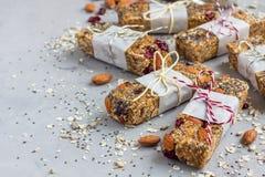 Σπιτικοί ενεργειακοί φραγμοί granola, υγιές πρόχειρο φαγητό, διάστημα αντιγράφων Στοκ φωτογραφίες με δικαίωμα ελεύθερης χρήσης