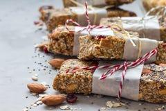 Σπιτικοί ενεργειακοί φραγμοί granola, υγιές πρόχειρο φαγητό, διάστημα αντιγράφων Στοκ φωτογραφία με δικαίωμα ελεύθερης χρήσης