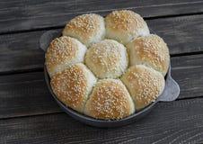 Σπιτικοί ρόλοι ψωμιού σε ένα εκλεκτής ποιότητας τηγάνι Στοκ Εικόνες
