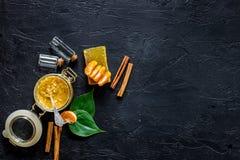 Σπιτικός οργανικός τρίβει στο βάζο και το σαπούνι γυαλιού με το πορτοκάλι και την κανέλα στη μαύρη τοπ άποψη υποβάθρου πετρών cop στοκ εικόνα με δικαίωμα ελεύθερης χρήσης