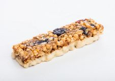 Σπιτικός οργανικός φραγμός δημητριακών granola με τα καρύδια και ξηρός - φρούτα στο άσπρο υπόβαθρο στοκ εικόνα