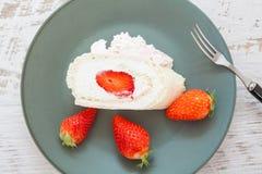 Σπιτικός ρόλος κέικ με την κρέμα φραουλών Στοκ Φωτογραφίες