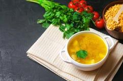 Σπιτικός σούπα ή ζωμός κοτόπουλου με τις πατάτες και τα πράσινα υγιές μαύρο συγκεκριμένο υπόβαθρο προγευμάτων τοποθετήστε το κείμ στοκ φωτογραφίες