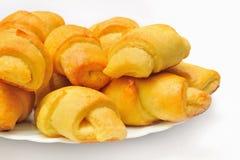 Σπιτικός croissant στο άσπρο πιάτο Στοκ Εικόνες