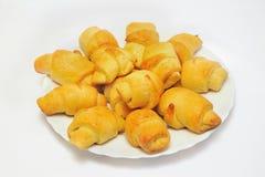 Σπιτικός croissant στο άσπρο πιάτο Στοκ φωτογραφία με δικαίωμα ελεύθερης χρήσης