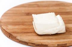 Σπιτικό άσπρο τυρί στον ξύλινο πίνακα κουζινών Στοκ Φωτογραφίες