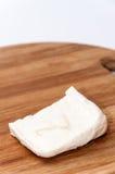 Σπιτικό άσπρο τυρί στον ξύλινο πίνακα κουζινών Στοκ φωτογραφία με δικαίωμα ελεύθερης χρήσης