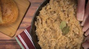 Σπιτικό αργό sauerkraut σε ένα τηγανίζοντας τηγάνι Στοκ Φωτογραφίες