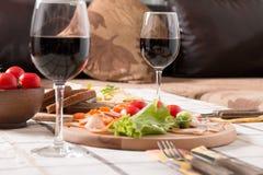 Σπιτικό γεύμα με το ψωμί, τις ντομάτες, το τυρί, το ζαμπόν και το κρασί Στοκ εικόνα με δικαίωμα ελεύθερης χρήσης