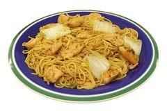 Σπιτικό γεύμα - τηγανισμένα noodles με το κοτόπουλο & Satay Στοκ Εικόνα