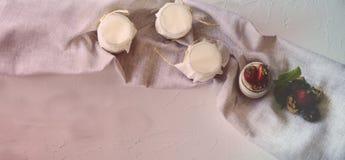 Σπιτικό γιαούρτι με τις φρέσκες φράουλες Τα συστατικά για ένα υγιές πρόγευμα είναι μισά των φραουλών, των ξύλων καρυδιάς και του  στοκ εικόνα με δικαίωμα ελεύθερης χρήσης