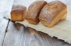 Σπιτικό γλυκό κέικ στον ξύλινο πίνακα, εκλεκτική εστίαση Στοκ Εικόνες