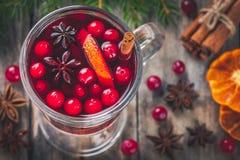 Σπιτικό θερμαμένο κρασί με τις πορτοκαλιά φέτες, τα τα βακκίνια, την κανέλα και το γλυκάνισο Στοκ Εικόνες