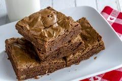 Σπιτικό διπλό χοντρό κομμάτι Brownies σοκολάτας στοκ εικόνες