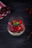 Σπιτικό ιταλικό cotta panna επιδορπίων με τις φρέσκες φράουλες και μέντα σε ένα σκοτεινό ξύλινο υπόβαθρο Στοκ Εικόνες