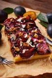 Σπιτικό κέικ δαμάσκηνων με τα ξύλα καρυδιάς και τα αμύγδαλα Στοκ Φωτογραφία