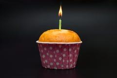 Σπιτικό κέικ γενεθλίων με το κάψιμο του κεριού Στοκ Φωτογραφία