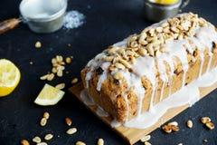 Σπιτικό κέικ λεμονιών με τις σταφίδες, τα καρύδια και το πάγωμα βανίλιας Στοκ φωτογραφίες με δικαίωμα ελεύθερης χρήσης