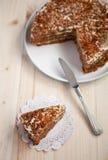Σπιτικό κέικ καρότων και ξύλων καρυδιάς σε έναν ξύλινο πίνακα Στοκ φωτογραφίες με δικαίωμα ελεύθερης χρήσης